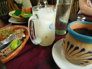 メキシコの茶色い陶製のお皿とマグカップ、コロナジョッキ