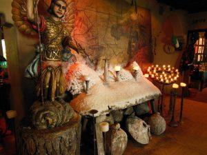 メキシコレストランにあった厳かな祭壇