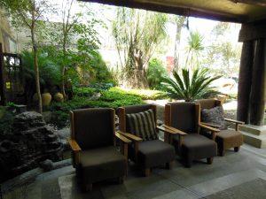 メキシコカフェのソファーと庭